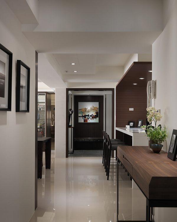 现代风格廊道望向玄关设计图片