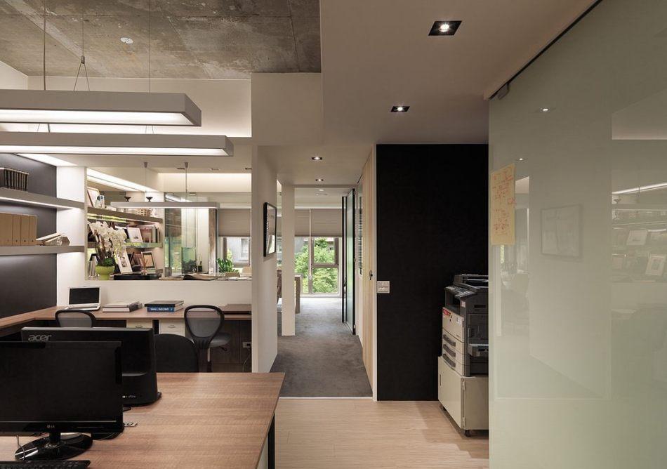 现代风格办公区望向窗外绿意装修效果图