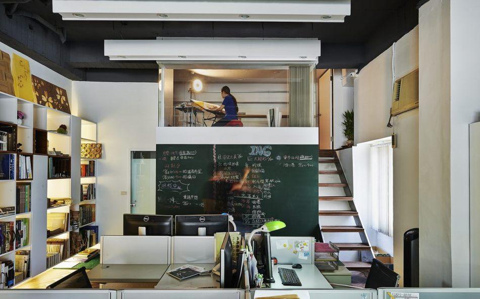 现代风格阁楼画室与储物空间图片