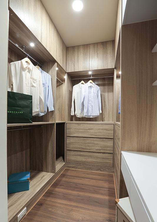 现代简约风主卧更衣室设计图片
