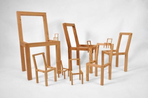 一堆小椅子