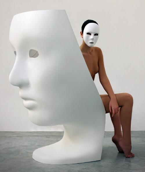 椅子上经典的脸谱