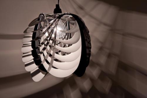 配备吊灯的光量恰到