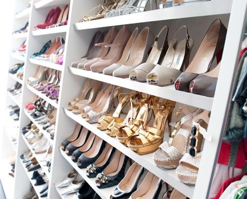 女孩惊人鞋壁橱